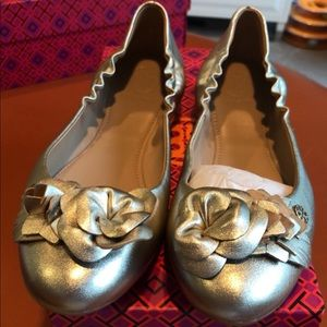NWB Tory Burch Gold Leather Blossom Flat. Size 7.5